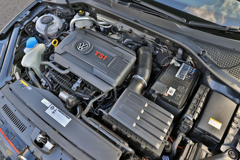 搭載される2リッター直4ターボエンジンは、ベースとなった「GTI」比で最高出力は60PSアップの290PS、最大トルクは30N・mアップの380N・m。これは日本に導入された歴代GTIで最高峰となるスペックである。
