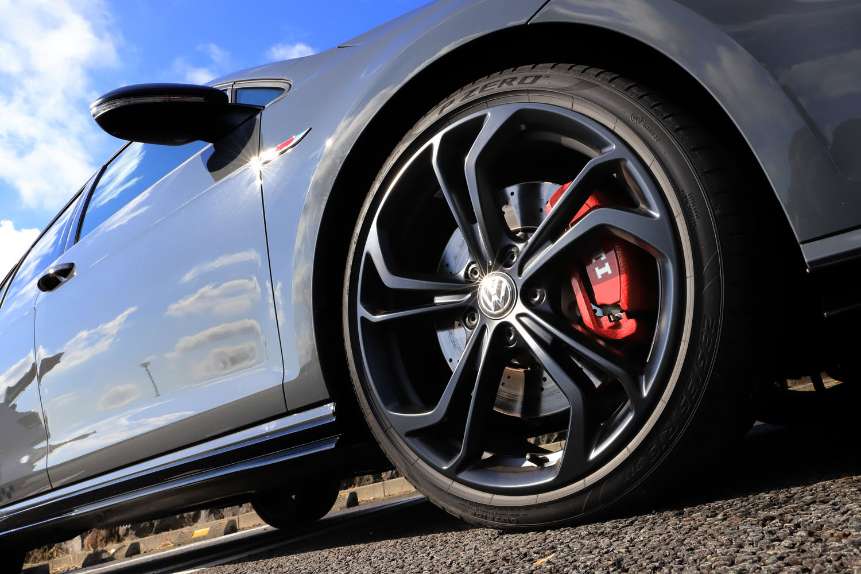 マットブラックの19インチアルミホイールは「ゴルフGTI TCR」の専用アイテム。フロントブレーキにはドリルドローターが採用されている。