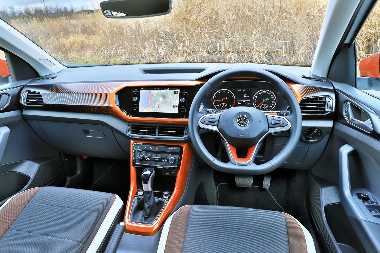 導入記念特別仕様車「TSI 1stプラス」では、内外装を「オレンジ」「グリーン」「ブラック」のいずれかでコーディネートできる「デザインパッケージ」が標準装備されている。写真はオレンジが選択された試乗車のインテリア。