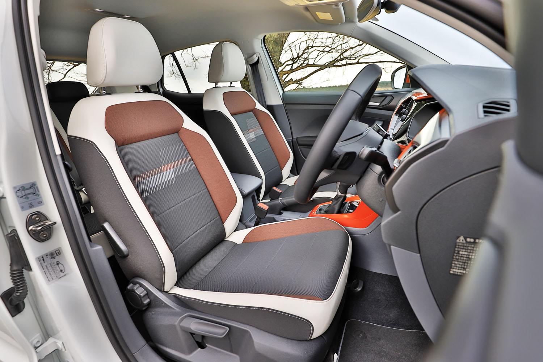 「TSI 1stプラス」には、スポーツコンフォートシートが装備されている。ホワイトの外装色の場合、シートやダッシュパッドなどに差し色が入る「デザインパッケージ」は、オレンジ(写真)またはブラックから選択できる。
