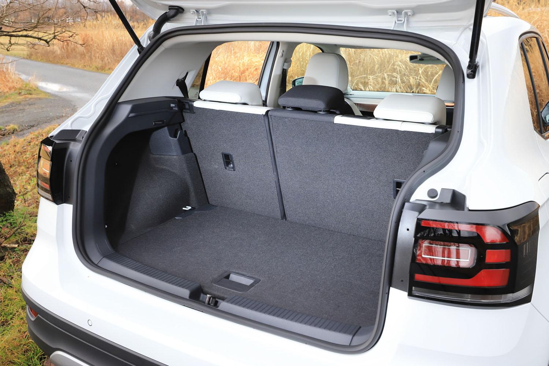 荷室の容量は、5人乗車の通常使用時で385リッター。後席を前にスライドさせた場合は455リッターとなる。「ゴルフ」と同様に、フロアボードを引き上げた際にロックされるラッチも標準装備。
