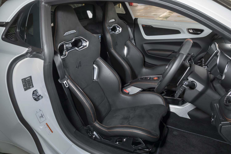 サベルト製のモノコックバケットシートを装備。「A110ピュア」と基本構造は同じだが、サイドサポート部分のレザーにキルティング加工が施されていない。
