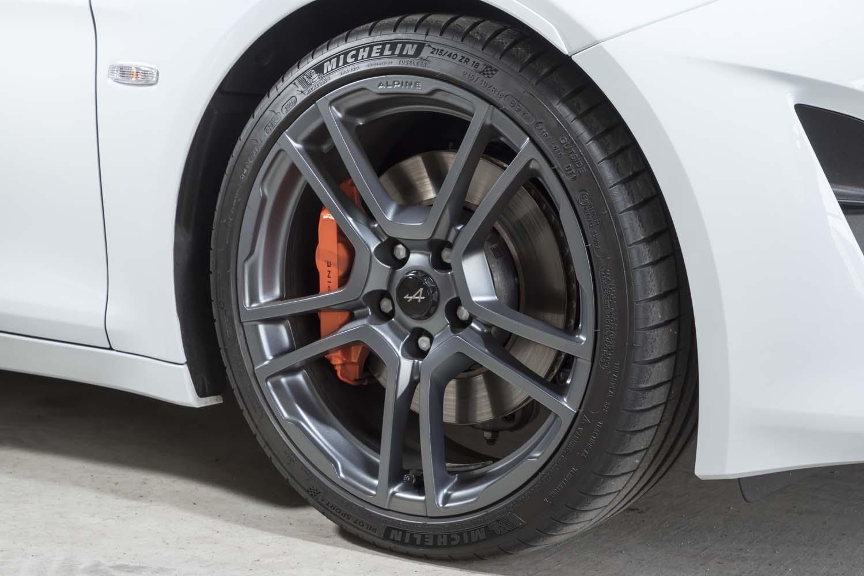 ホイールカラーは「A110S」専用の「グリチターヌサテン」。ブレンボ製ブレーキキャリパーはオレンジにペイントされる。