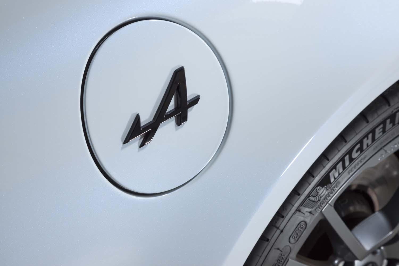 ボディー前後の「ALPINE」ロゴやフューエルリッドの「A」エンブレム(写真)はブラックとなる。