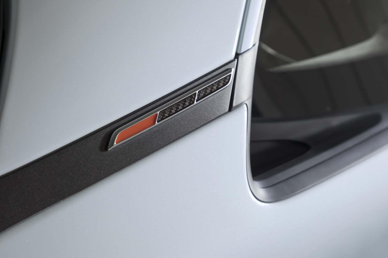 標準モデルではトリコロールカラーを採用していたリアピラーのアクセントは、オレンジとブラックの組み合わせとなっている。