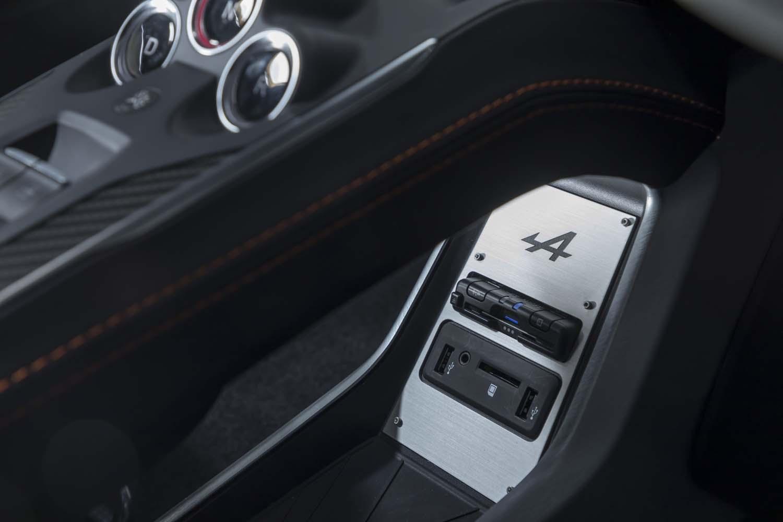 フローティング式センターコンソールの下部にはUSBポートやETC車載器が備わる。アルミパネルには「A」ロゴが刻まれている。