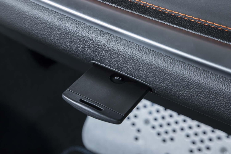 カードキーのスロットは、助手席前方に用意されている。
