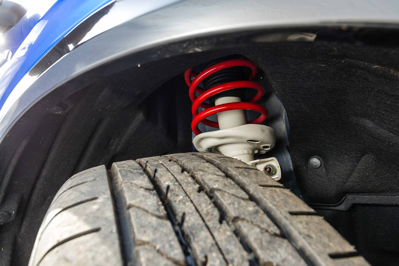 サスペンションのセッティングは、FF車ではより旋回性能を重視したもの、4WD車ではより快適性を重視したものとなっている。