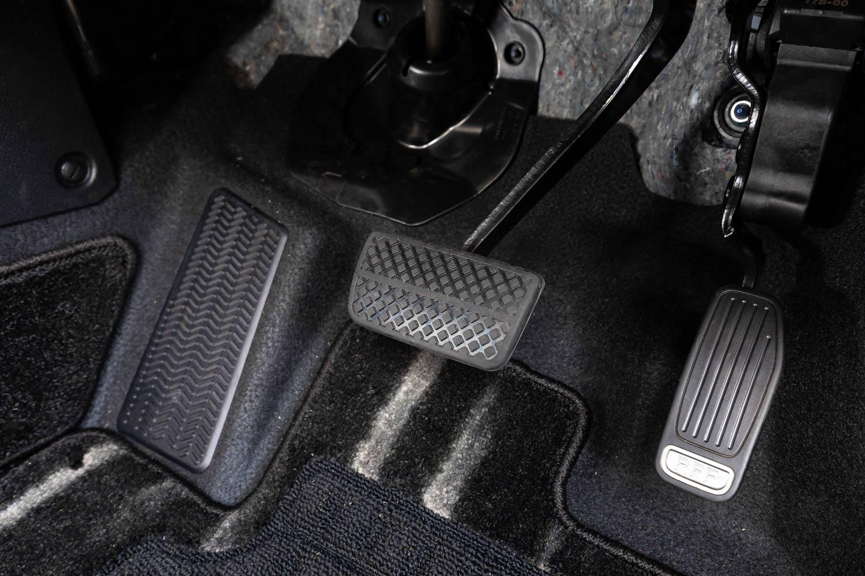 アクセルペダルにある「RFP」とは「リアクティブフォースペダル」の略称で、不経済な運転や滑りやすい路面、自動ブレーキ作動時などに、アクセルペダルに押し戻す反力を発生させる。ヴェゼルではハイブリッド全車に備わる。