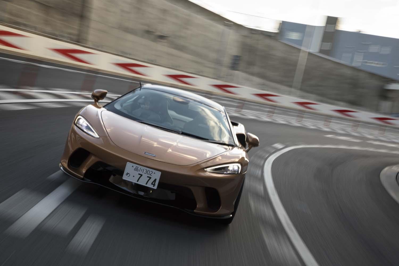 「マクラーレンGT」が0-100km/h加速に要する時間は3.2秒。最高速は326km/hと公表されている。