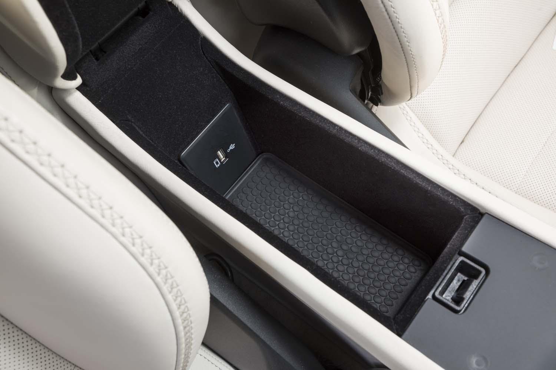幅は狭いものの、左右の座席間にはUSBコネクター付きの小物入れも用意される。