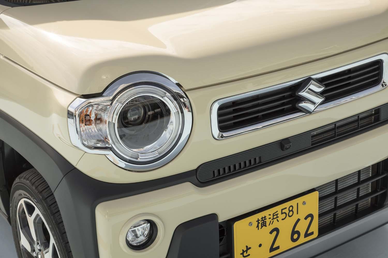 丸目のヘッドランプなど「ハスラー」を特徴づけているデザイン要素は先代モデルからおおむね踏襲。「ハイブリッドXターボ」ではランプにLEDを採用している。