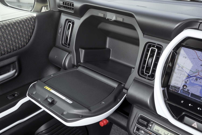 助手席側のガーニッシュの内部は収納スペースになっている(グローブボックスは別にある)。ふたの部分の耐荷重は1.5kg。