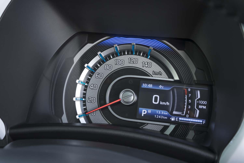 運転席側のガーニッシュはメーターパネル。全体がスピードメーターという単眼レイアウトで、エンジン回転計は小さなマルチインフォメーションディスプレイに表示される。