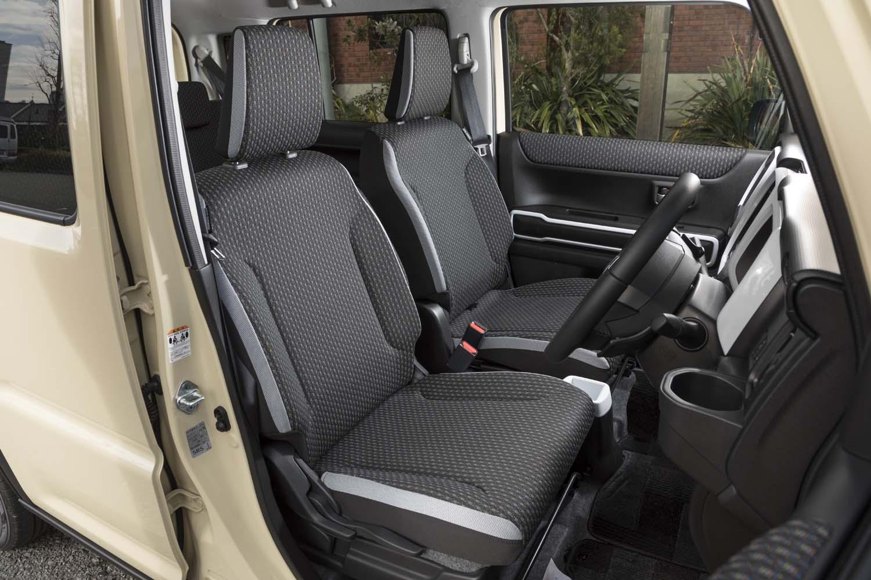 フロントシートにはインパネガーニッシュと同じ色のアクセントが加えられる。沈み込みが大きくソフトな座り心地だ。