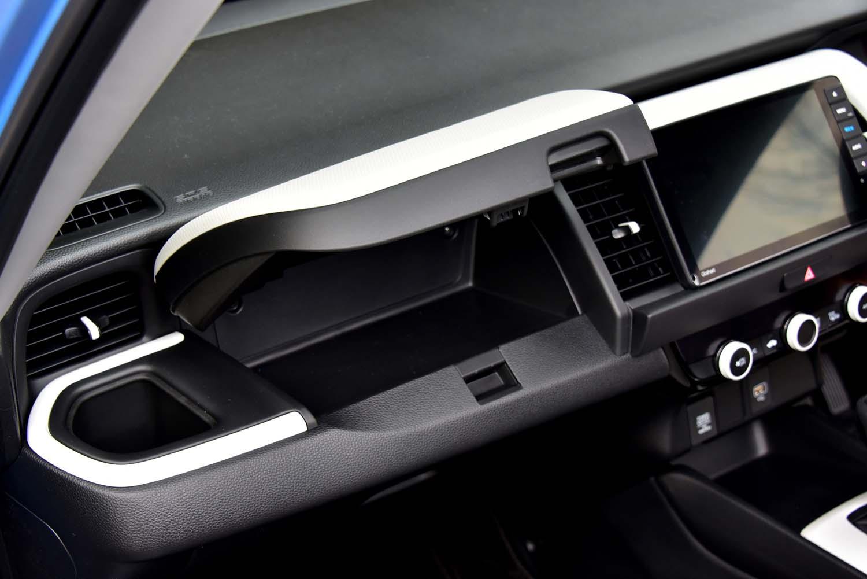 グローブボックスとは別に、助手席前方にインパネアッパーボックスが設けられている。