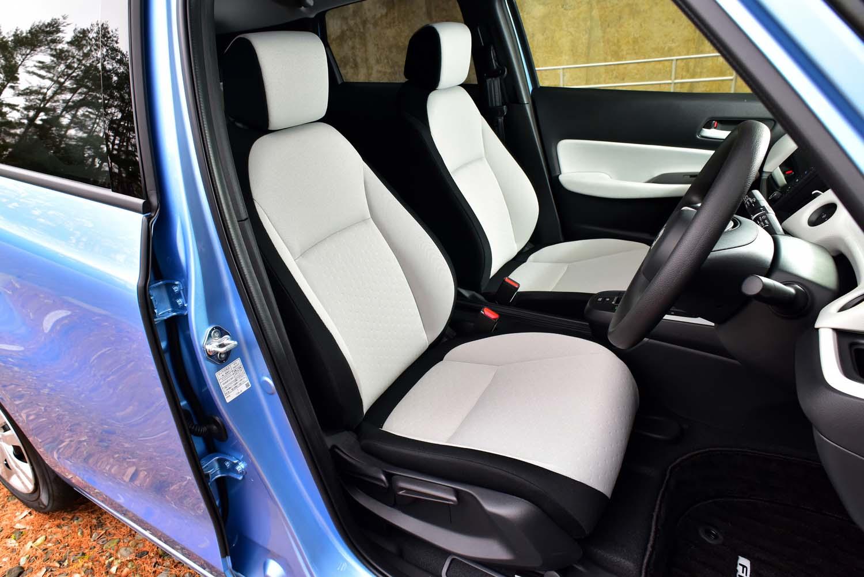 シートは座りやすさと運転しやすさ、疲れにくさを念頭にフレームから新設計。表皮は柔らかく、包み込まれるような座り心地だ。
