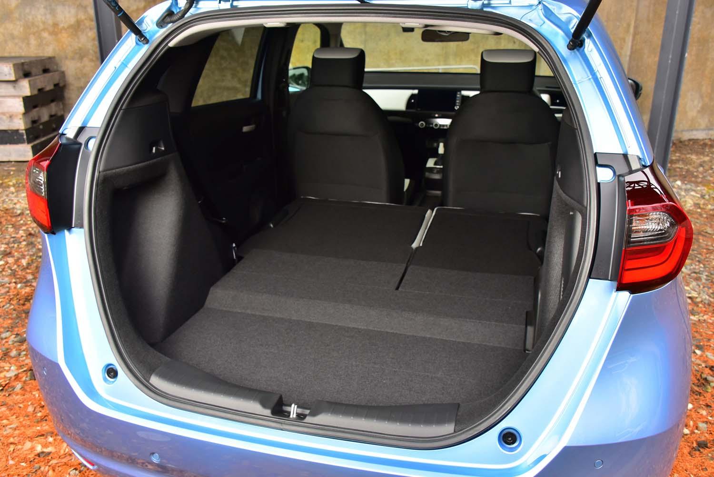 開口部が低く広々としたラゲッジスペースは先代譲り。後席の座面の厚みが増したため、背もたれを倒したときの床面が完全にフラットにはならなくなっている。