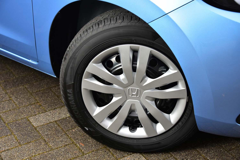 「ベーシック」では15インチのタイヤ&ホイールが標準装備。スチールホイールには10スポークデザインのキャップが備わる。