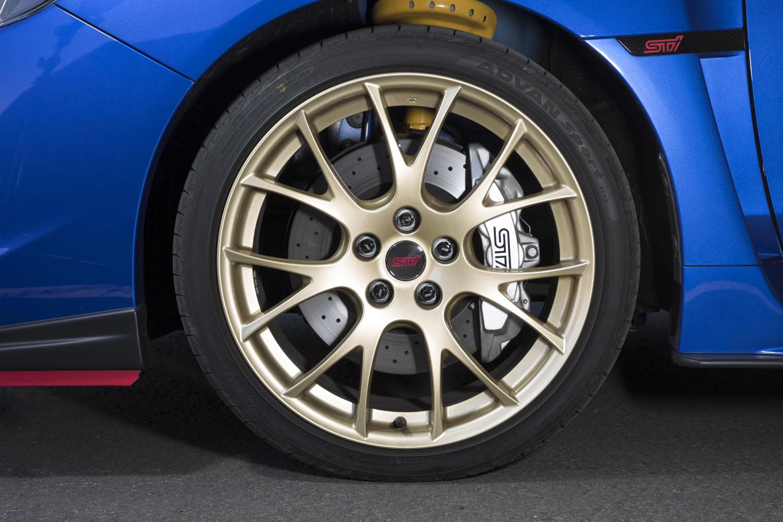 エクステリアのアクセントともなっている、ゴールド塗装のBBS製アルミホイール。タイヤは「ヨコハマ・アドバンスポーツV105」が装着されていた。