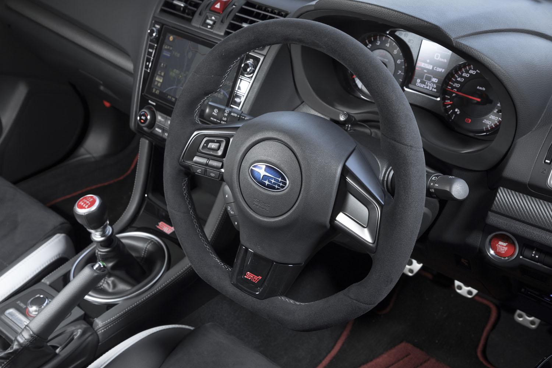 リムがスエード調素材で覆われた専用ステアリングホイール。「WRX STI」には、最近の乗用車では珍しく油圧のパワーステアリングが採用されていた。