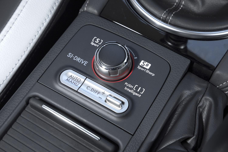 「SIドライブ」と「DCCD」のコントローラー。改良前のDCCDでは車両の安定性を保つために機械式LSDと電子制御LSDが併用されていたが、改良により前者は廃止。完全に電子制御化された。