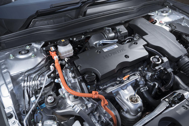 「e:HEV」と呼ばれる2モーター式のハイブリッドパワーユニットを搭載。2リッター直4エンジンは最高出力145PS、最大トルク175N・mで、これに同184PS、同315N・mのモーターが組み合わされる。