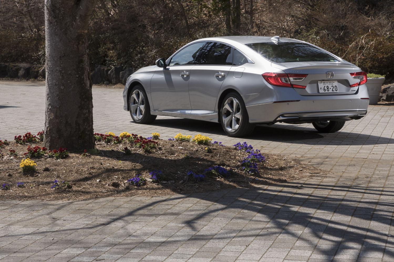 ボディーカラーには試乗車の「ルナシルバーメタリック」(写真)を含め、全5種類が設定されている。