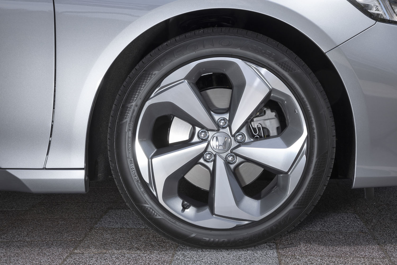 試乗車には235/45R18サイズの「ブリヂストン・レグノGR-EL」タイヤが装着されていた。写真の18インチアルミホイールは「ノイズリデューシング」と呼ばれる中空構造の消音機能を有している。