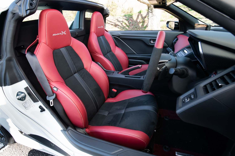 専用スポーツシートは、座面と背もたれにあしらわれるセンターラインが従来よりもくっきりとしたデザインに改められたほか、シートヒーターが内蔵された。
