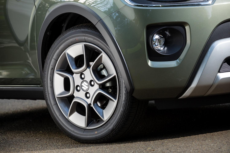 SUVテイストを強調するフェンダーアーチモール。「ハイブリッドMG」をのぞくとホイールやタイヤの仕様は基本的に共通。「ハイブリッドMF」の特徴はホイールのガンメタリック塗装のみである。