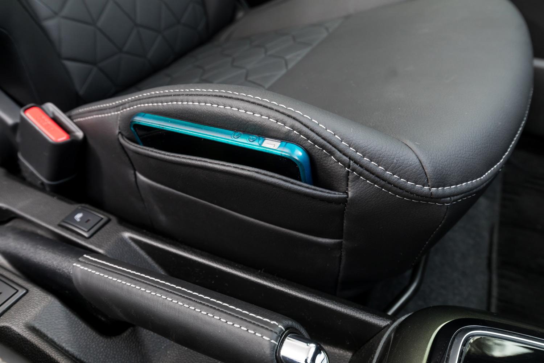 今回の改良では、ベースグレードの「ハイブリッドMG」をのぞいて助手席にシートサイドポケットを採用。また全車に運転席・助手席シートヒーターが標準装備された。