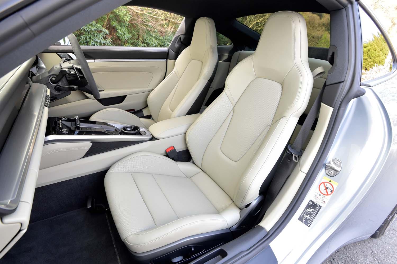 「911」の伝統ともいうべきヘッドレスト一体型のシート。試乗車のものは4Wayの電動調節機構(オプション)付き。
