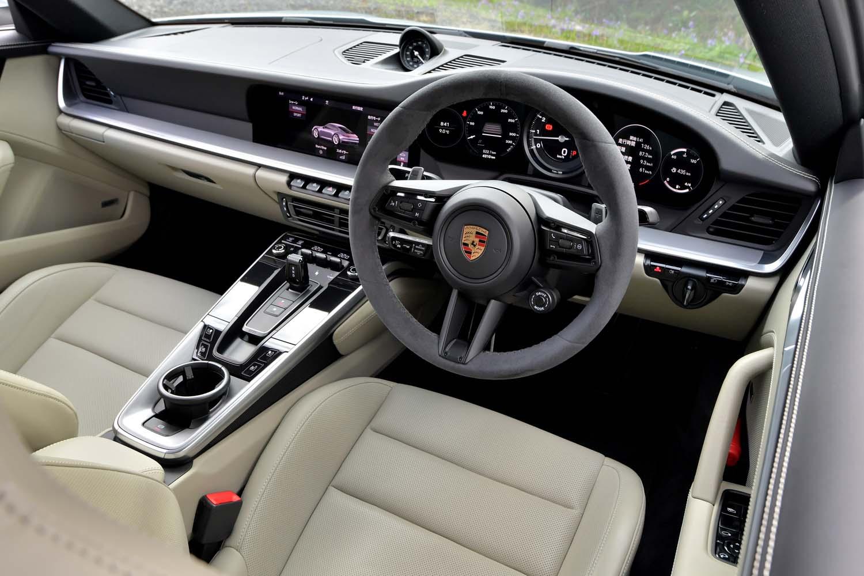 コックピット周辺部は、往年の「911」が持っていたイメージを残しつつ、現代的にデザインされている。