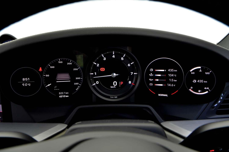 「911」の伝統である5連メーターのイメージが生かされた計器盤。物理的な文字盤と液晶画面が組み合わされている。