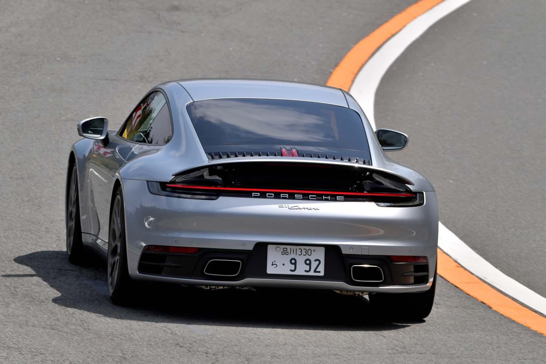 ワインディングロードを行く「911カレラ」。そのサスペンションやステアリングを介して、路面のインフォメーションがドライバーに正確に伝わってくる。