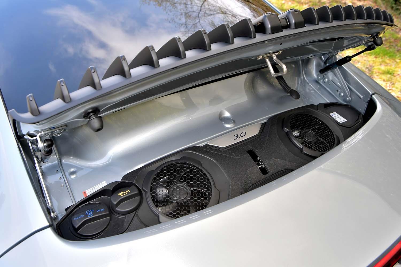 リアには最高出力385PSの水平対向6気筒エンジンがおさまるが、フードを開けて見えるのは冷却ファンとオイル・冷却水の投入口のみ。エンジン本体を眺めることはできない。