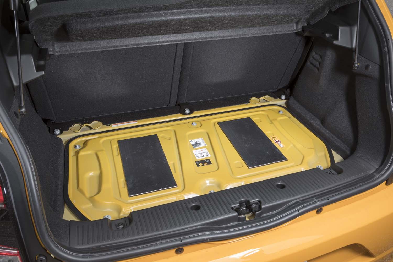 エンジンは車体後端、荷室下に横置きされる。エンジンフードはワンタッチで開く形式ではなく、留め具で固定されている。