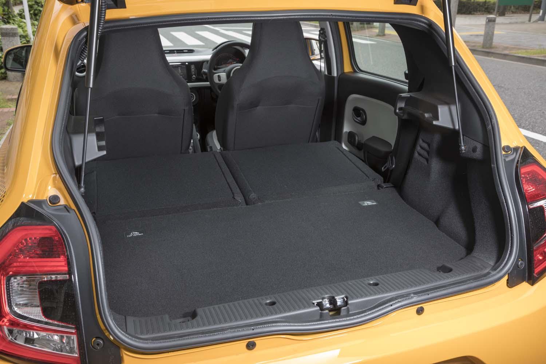荷室の容量は174~980リッター。後席だけでなく助手席の背もたれも倒せば、最長2315mmの長尺物が積載できるようになる。