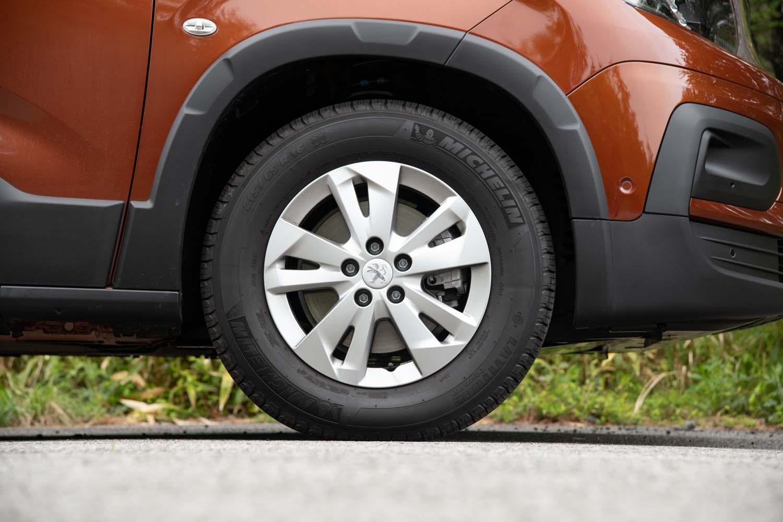 タイヤサイズは「ベルランゴ」よりもひと回り大きい215/65R16。テスト車はミシュランのSUV用タイヤ「ラティチュード ツアーHP」を履いていた。