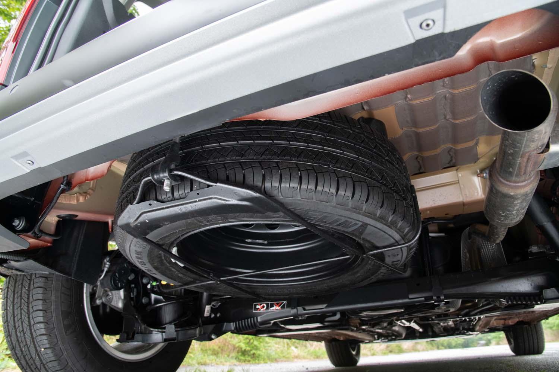 リアのフロア下にはフルサイズのスペアタイヤが収納されている。