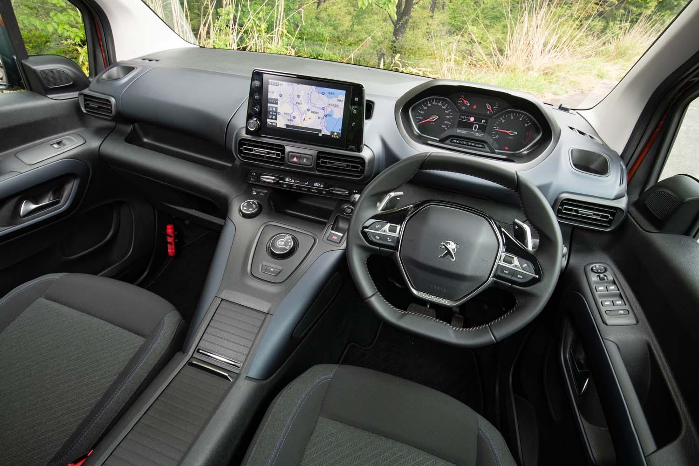 小径のステアリングホイールの上方にメーターパネルをレイアウトするプジョーならではの「i-Cockpit」を採用。「ベルランゴ」にはない立派なセンターコンソールも備わる。