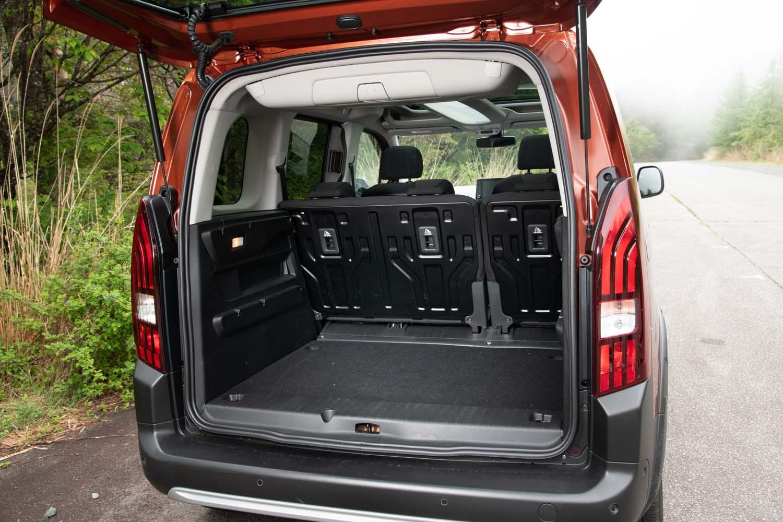 5人乗車時の荷室容量は597リッター。奥行きは約1mで、タイヤハウスなどの凹凸がないため使い勝手は良好だ。