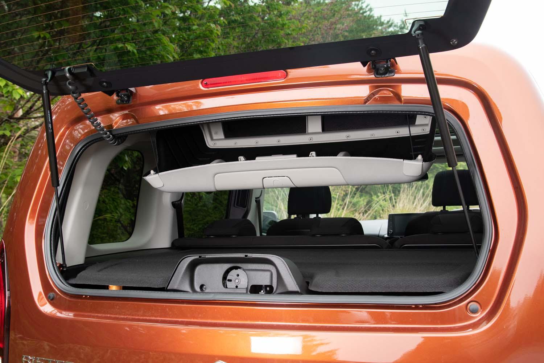 リアゲートはガラス部分だけが開く仕掛け。天井のシーリングボックスに直接アクセスできるのが便利だ。