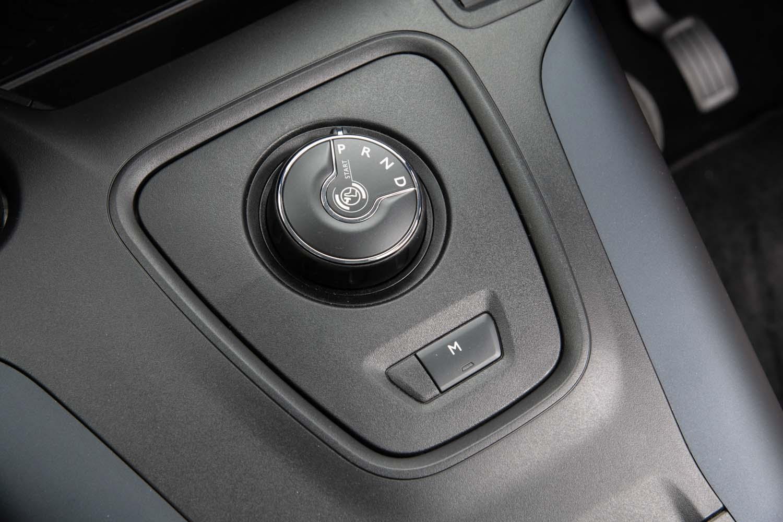 トランスミッションはアイシン・エィ・ダブリュ製の8段AT「EAT8」。センターコンソールにはダイヤル式のシフトセレクターが備わる。