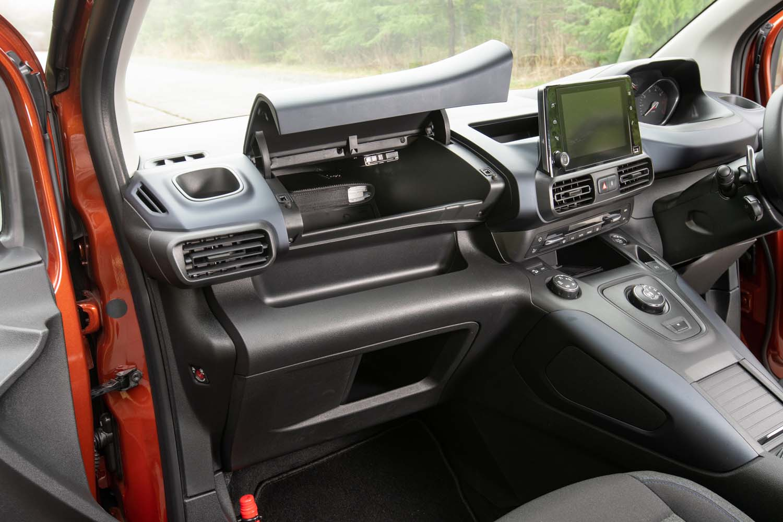 助手席側にはきちんと車検証ケースが入るグローブボックスが備わるほか、膝前部分にもスペースが設けられている。