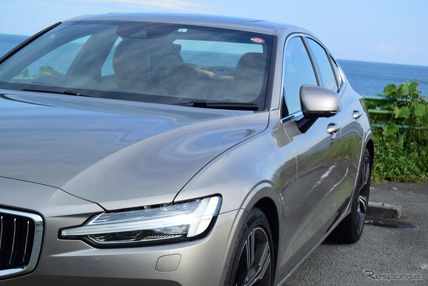 ノッチバック化の効果か、フロントフェンダーからリア方向に向けてのラインはワゴンと比べて優雅な印象。