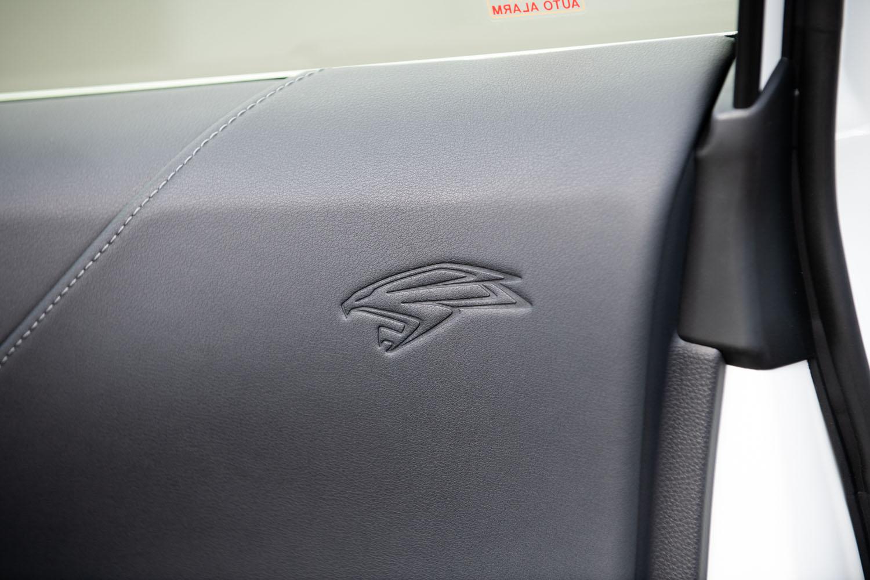 ドアトリムに施された鷹(タカ)のアイコン。初代から受け継がれる「ハリアー」伝統のマークだ。