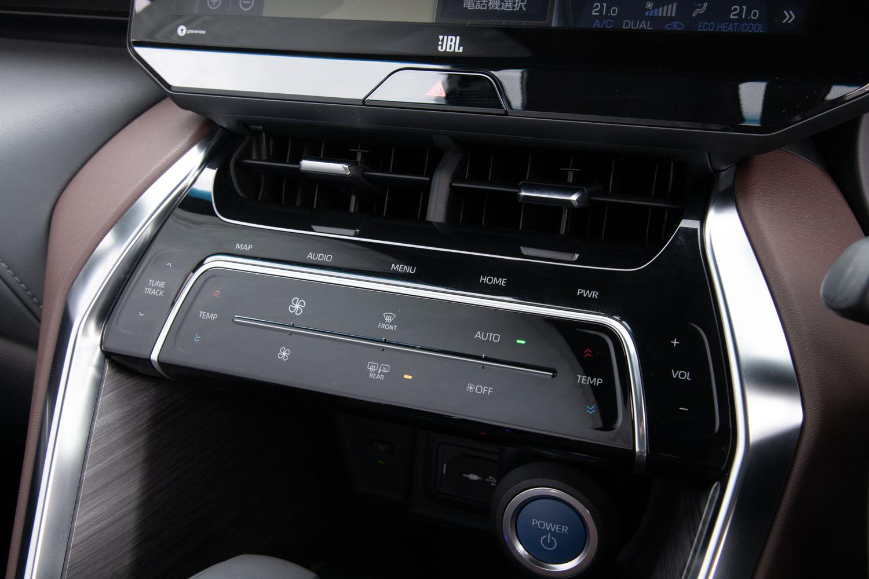 空調や音響機器のコントローラーはタッチ式。操作性を考慮し、押しボタンやダイヤルによるコントローラーの採用も検討したが、オーナー調査をしたところ「タッチ式がいい」との声が多数を占めたため、この方式が継承されたという。