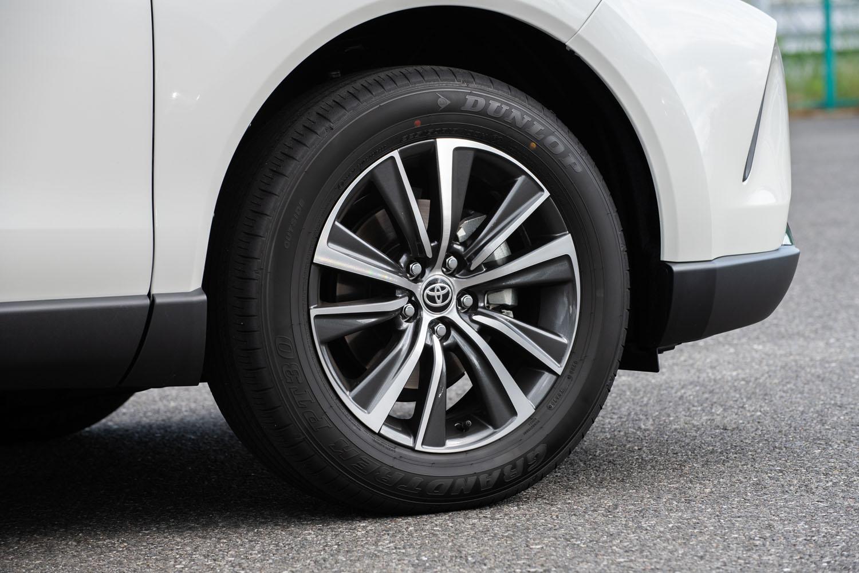 足元の仕様はグレードによって異なり、ハイブリッド車、純ガソリン車ともに、「G」系のグレードには225/60R18サイズのタイヤと18インチアルミホイールが組み合わされる。